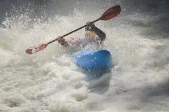 Пена гонщика каяка Whitewater, волны Стоковые Изображения RF