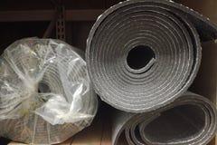 Пена изоляции изоляции полиэтилена с алюминиевой фольгой в кренах в магазине стоковые изображения rf