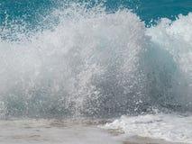 Пена моря Большая волна брызгая и причаливая seashore брызгать волну Стоковая Фотография