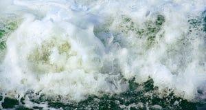 Пена моря, который замерли в движении как предпосылка стоковое изображение