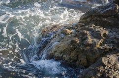 Пена моря сломленна о камнях Стоковое Фото