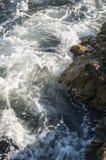 Пена моря сломленна о камнях Стоковые Фото
