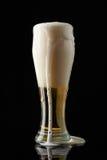 Пена пива приходя от стекла Стоковое Фото