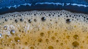 Пенится поверхностная текстура Деталь напитка пузыря Ароматичная горячая кофейная чашка стоковые изображения