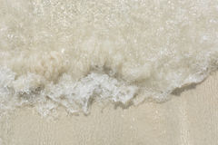 Пенообразные волны падают вне стоковые изображения