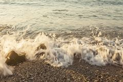 Пенообразный берег моря на пляже, конец вверх Стоковое Изображение