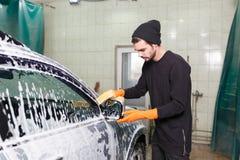 Пенообразный процесс мыть автомобиль стоковые фотографии rf