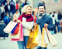 Пенсионеры с хозяйственными сумками на улице города Стоковые Изображения RF