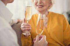 Пенсионеры с tumblers полными игристого вина Стоковые Фотографии RF