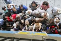 Пенсионеры queue вне ветви национального банка как банки только op Стоковая Фотография