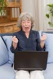 Пенсионер кричащий на компьтер-книжке Стоковые Фото