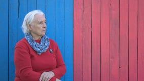 Пенсионер на предпосылке eco деревянной акции видеоматериалы