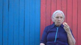 Пенсионер на предпосылке eco деревянной сток-видео