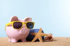 Пенсионный план, пенсионный фонд, каникулы, сбережения концепция перемещения, пляж копилки Стоковые Фото