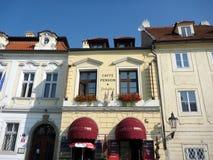 Пенсия с красными тентами, Прага кафа, чехия стоковое фото rf