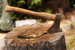 пень montenegro оси северный Ось готовая для резать тимберс Инструмент Woodworking Ось Lumberjack в древесине, прерывая тимберс П Стоковые Фотографии RF