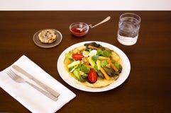 Первая насечка, блюдо салата служила стоковое изображение rf