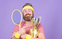 Первое место o Чемпион тенниса Игра тенниса выигрыша Отпразднуйте победу Атлетическая ракетка тенниса владением человека и стоковые фотографии rf