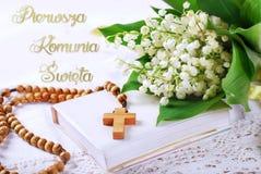 Первое святое причастие в заполированности с розарием и цветками Стоковые Изображения