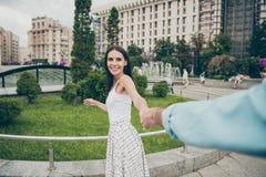 Первое фото взгляда пункта очаровательных людей дамы тысячелетних имеет отклонение весны выходных свободного времени туристское н стоковые изображения rf
