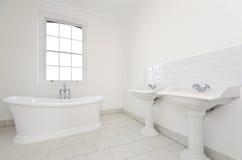 Первоклассная ванная комната семьи с свободной стоящей ванной Стоковая Фотография