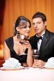Первоклассные пары сидя на таблице в ресторане Стоковые Изображения RF
