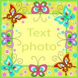 Первоначальная рамка для фото и текста Веселые бабочки порхают над зеленой предпосылкой и создают праздничное настроение Идеальны иллюстрация штока