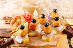 Первоначально закуска canap с посоленными сельдями и карточки картошки деревенский Стоковые Фотографии RF