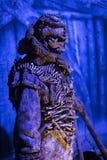 Первоначально костюмы актеров и упорок от ` кино игра ` тронов в предпосылках морского музея Барселоны Стоковые Изображения RF