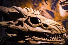 Первоначально костюмы актеров и упорок от ` кино игра ` тронов в предпосылках морского музея Барселоны Стоковое Изображение RF