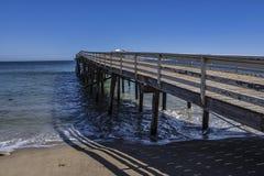 Первоначально пристань бухты рая как увидено от пляжа в Malibu, Калифорнии Стоковое Изображение