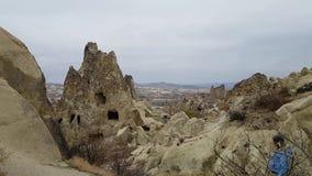 Первоначальные дома пещеры в музее Göreme под открытым небом в Cappadocia, Турции Туристы посещают это место сток-видео