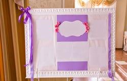 Первоначально винтажная белая доска с фиолетовым украшением и гость перечисляют Стоковое Изображение RF