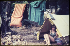 Первоначально винтажное скольжение цвета от 1960s, молодая женщина сидя внутри Стоковое фото RF