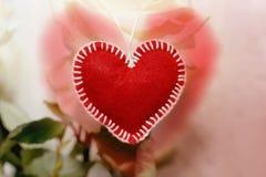 Первоначально красное сердце сделанное из войлока handmade на предпосылке whit Стоковое Изображение RF