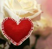 Первоначально красное сердце сделанное из войлока handmade на предпосылке whit Стоковое Фото