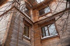 Первоначально перспектива: угол 2-storeyed деревянного дома Стоковое фото RF