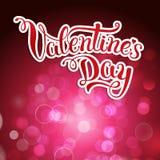 Первоначально рука помечая буквами счастливый день валентинки на малиновом backgro Стоковое фото RF