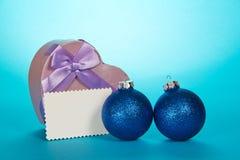 Первоначально сердце подарочной коробки, сферы рождества и Стоковое фото RF