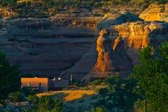 Первые лучи на красном каньоне утеса стоковая фотография