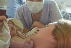 Первые моменты матери и newborn после родов Стоковая Фотография