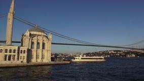 Первые мост Босфора и мечеть Ortakoy в Стамбуле сток-видео
