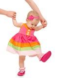 Первые шаги красивого милого ребёнка с рукой матери i Стоковые Фото