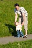 первые шаги отца Стоковое Фото