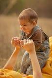 Первые шаги сынка мати и младенца Стоковое Изображение RF