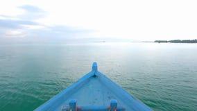 Первый взгляд промежутка времени персоны на горизонте seascape горизонта спокойного реки озера поверхности зеркала бесконечном от акции видеоматериалы