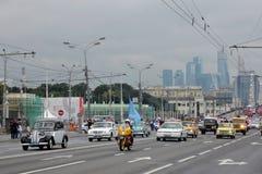 Первый парад Москвы перехода города Современные и ретро автомобили Стоковое Изображение RF