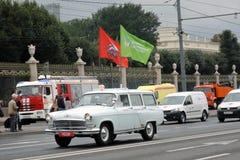 Первый парад Москвы перехода города Современные и ретро автомобили Стоковая Фотография RF
