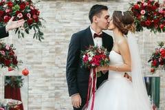 Первый поцелуй как раз пожененный после церемонии Стоковое фото RF