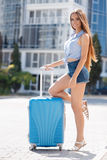 Первый раз в Европ-портрете красивой девушки с чемоданом Стоковые Изображения RF